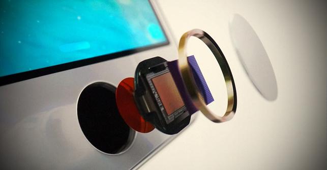 El lector de huellas dactilares del nuevo iPhone 5S, desmontado. Una obra de ingeniería.